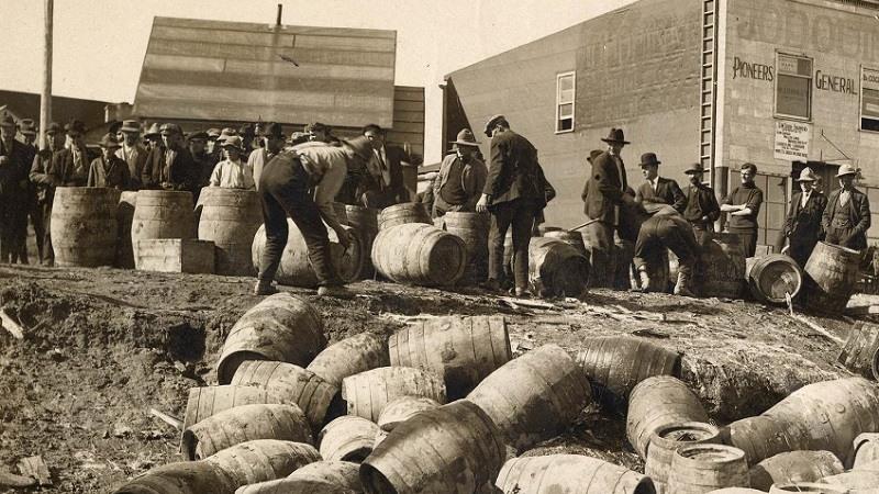 Una redada policial confiscando alcohol ilegal, en Elk Lake, Canada, en 1925.