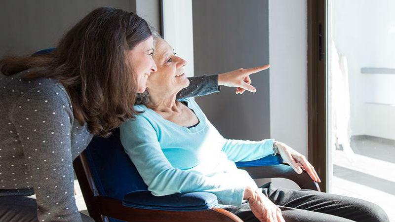 Cuidadores de ancianos: por qué contratar servicios profesionales para ello