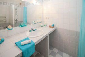 Los espejos suman confort al cuarto de baño