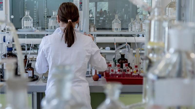 Refractómetro indispensable en laboratorios
