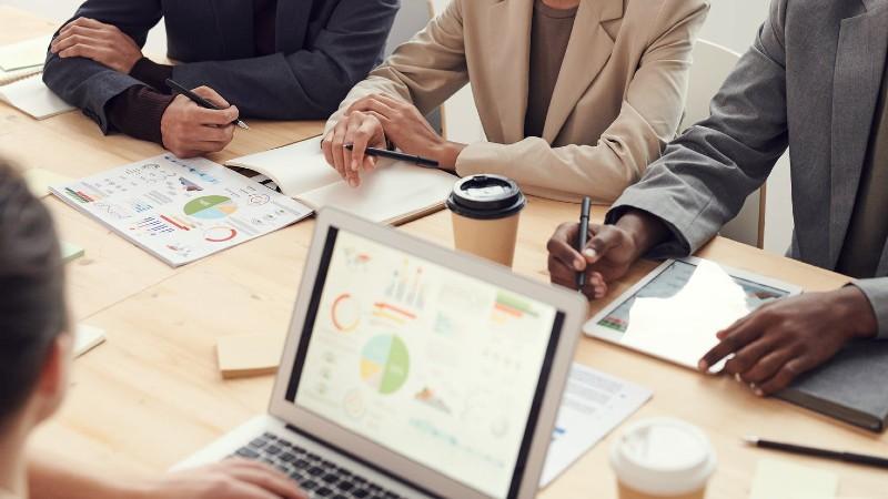 Empresarios contratan agencias de marketing